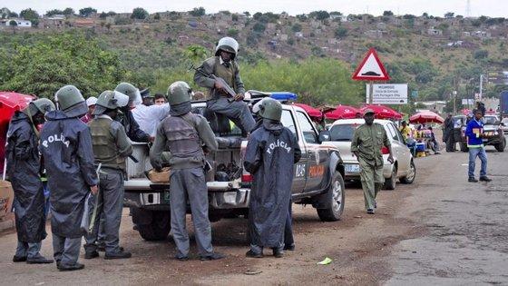 A polícia moçambicana atribuiu também à Renamo outro ataque em que morreu uma mulher quando viajava numa viatura na zona de Chinguno