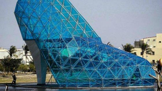 O sapato de cristal tem cerca de 17 metros de altura