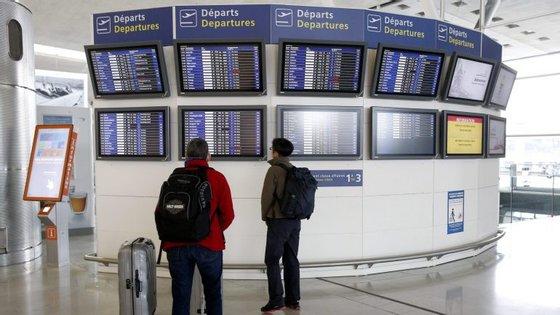 A greve dos controladores aéreos em França, contra a reforma laboral, deverá provocar cancelamentos, desvios e atrasos durante pelo menos 24 horas