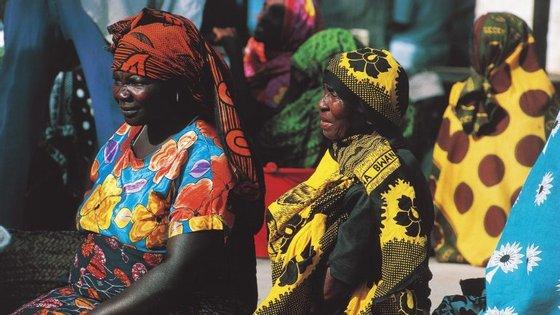 Duas mulheres com roupas tradicionais das tribos da Tanzânia