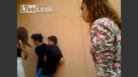 Vídeo mostrava um rapaz a ser vítima de insultos e várias bofetadas. Sem reagir