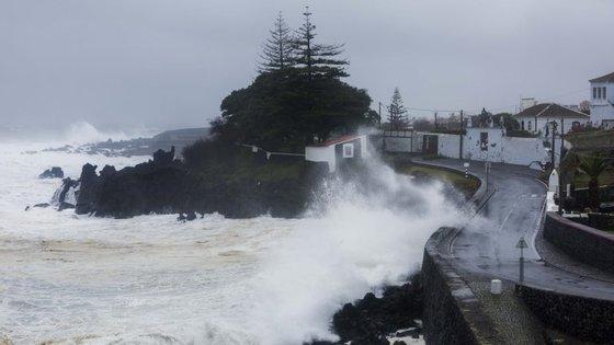 Em Ponta Delgada e na Horta as temperaturas vão oscilar entre os 16 e os 20 graus Celsius e em Santa Cruz das Flores entre 15 e 19