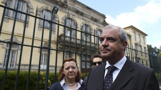 O líder da Federação Nacional da Educação, João Dias da Silva, à entrada da Escola Alexandre Herculano, Porto