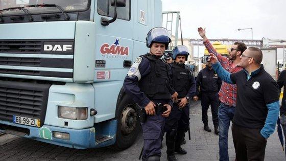 No local estão cerca de 30 agentes da PSP para garantir que os camiões entram e saem sem problemas