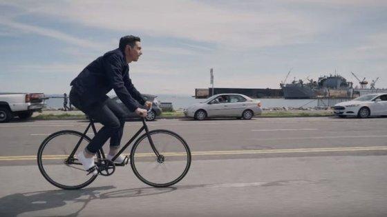 No vídeo promocional vê-se um ciclista rejeitar uma chamada do chefe enquanto pedala.