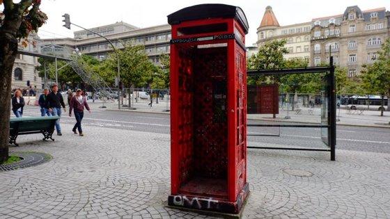 O objeto foi encontrado dentro de uma cabine telefónica desativada, na Avenida dos Aliados.