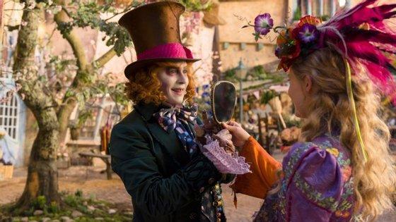 """Johnny Depp e Mia Wasikowska numa cena de """"Alice do Outro Lado do Espelho"""""""