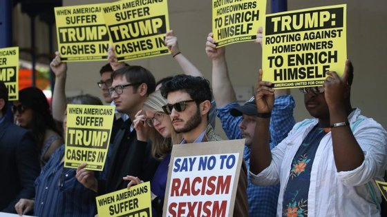 Ao início do dia, em Washington, os protestos contra Trump foram pacíficos.