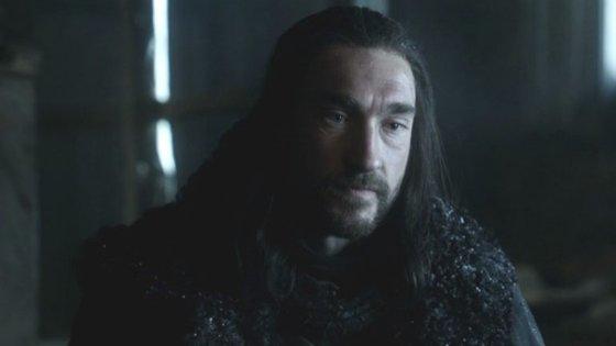 Benjen Stark saiu para dar uma volta e nunca mais voltou. Está desaparecido desde a primeira temporada
