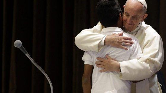 """""""Os que chegam têm uma religião diferente, mas isso não é perigoso porque somos todos irmãos"""", afirmou o Papa"""