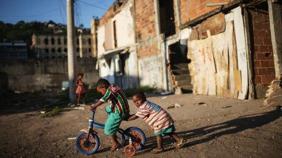 As crianças nas favela correm maior risco