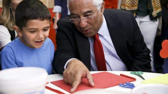 Costa esteve no agrupamento de escolas Cardoso Lopes, na Amadora, para assinalar o Dia Mundial da Criança, juntamente com o ministro da Educação