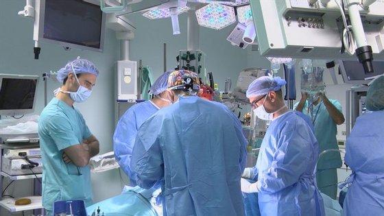 Parte da equipa do Hospital da Luz que realizou a primeira cirurgia com robô ao pulmão em Portugal