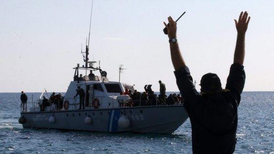 A embarcação, de 25 metros de comprimento, foi avistada por um navio de passageiros que estava na zona e que deu o alerta