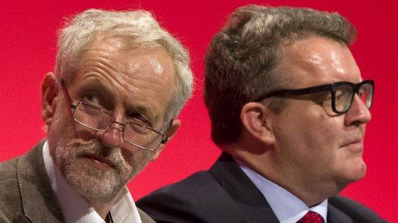 O líder trabalhista, Jeremy Corbyn (à esquerda), vai reunir-se com o vice-líder do partido, Tom Watson (à direita)