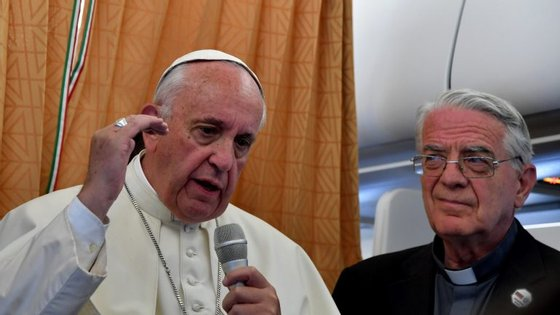 O papa Francisco falou aos jornalistas no avião de regresso a Roma após a viagem apostólica à Arménia