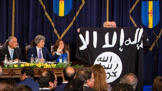 José Manuel Coelho desfraldou uma bandeira do Estado Islâmico na sessão solene que assinala o Dia da Região