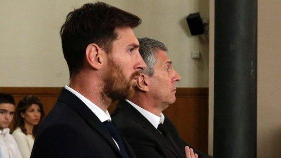Lionel Messi e o pai, Jorge, foram condenados por um tribunal de Barcelona