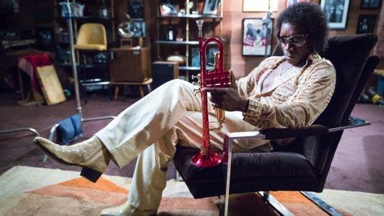 """Miles Davis personificado por Don Cheadle em """"Miles Ahead"""", que também realiza, co-escreve e produz"""