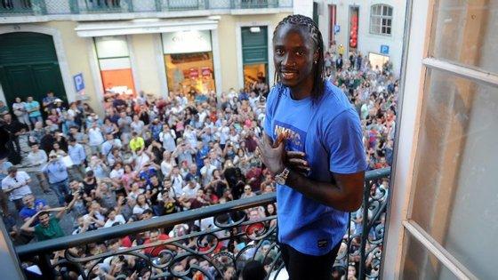Eder foi à varanda da loja da Nike, no Chiado, onde falou para a multidão