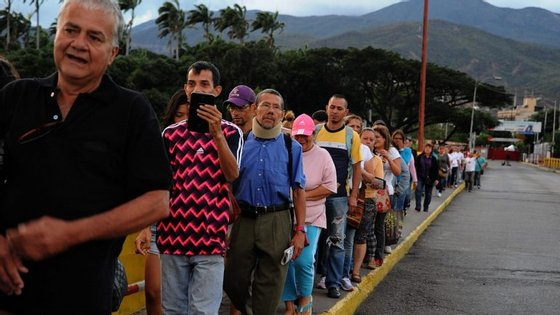 A Venezuela atravessa uma crise económica devido à queda dos preços do crude