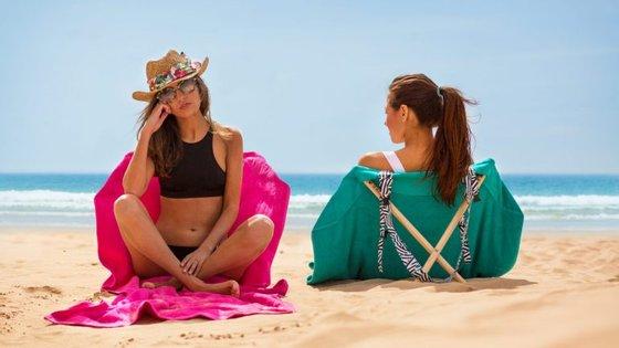 A Origama surgiu com uma ideia original: transformar a toalha de praia numa cadeira através de umas estacas.