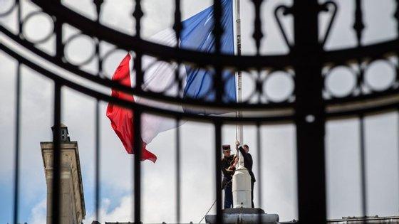 A bandeira francesa está a meia haste no Palácio do Eliseu, devido ao ataque que aconteceu em Nice.
