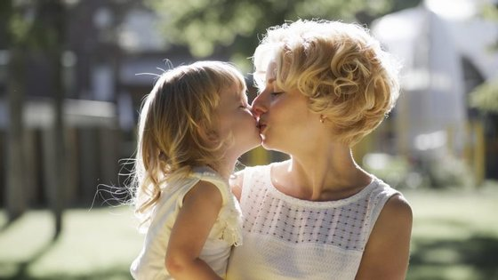 Há quem defenda que dar um beijo na boca é como dar um beijo na bochecha. Será?