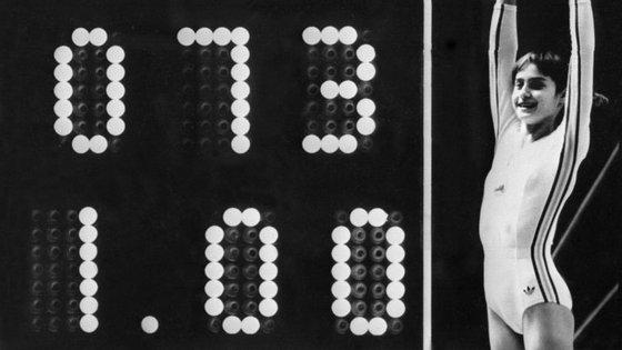 Nadia Comăneci ao lado do seu número de dorsal e do resultado 1.00 (10.00) -- perfeito