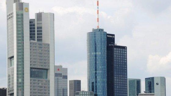 Os países da zona euro financiam-se principalmente através de dívida para a qual acordaram condições normalizadas