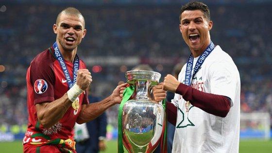 Pepe e Ronaldo festejam a conquista do Euro 2016.