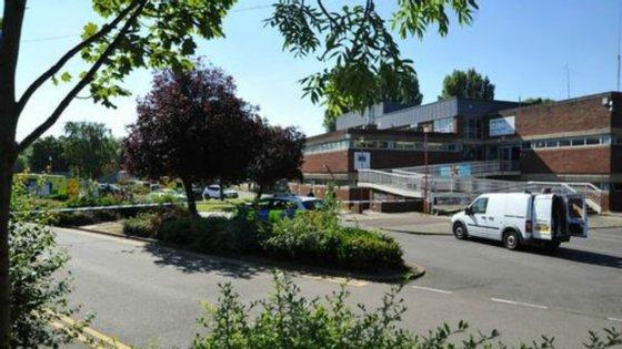 O parque de estacionamento perto da piscina.