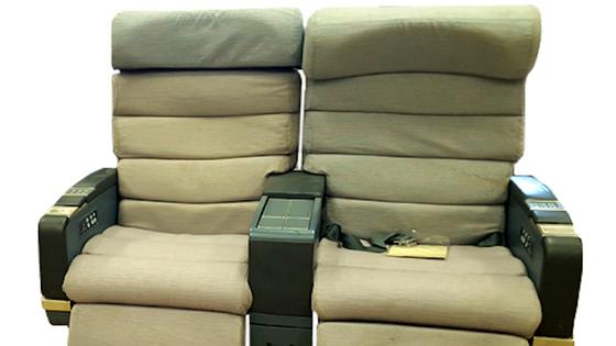 Um dos modelos a leilão, cadeira dupla de classe executiva do avião A340 da TAP