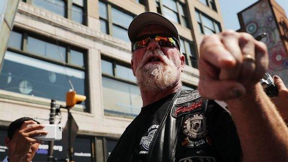Um membro do grupo Bikers For Trump reage a uma manifestação anti-Trump nas imediações da Convenção