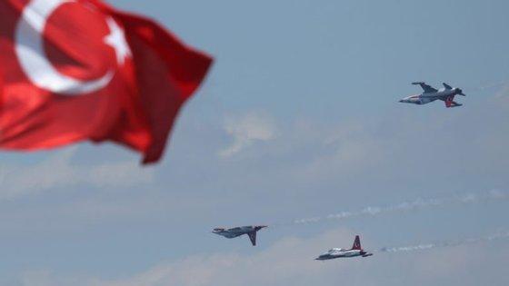 Aviões militares turcos durante uma parada militar
