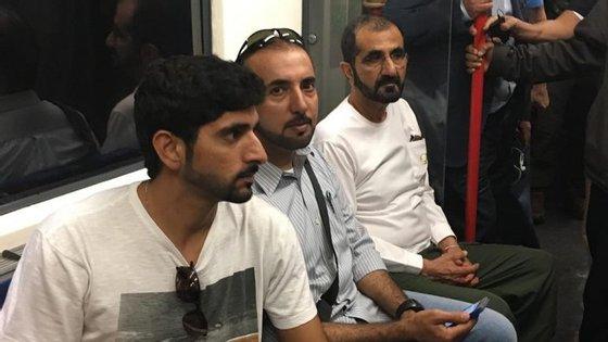 O xeque e o príncipe herdeiro viajaram no metro de Londres acompanhados por vários seguranças
