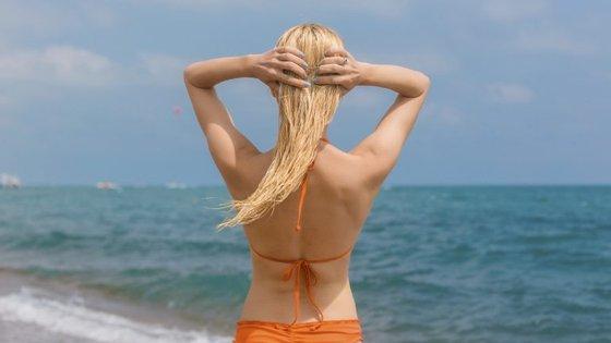 """Tal como na pele, também devemos aplicar protetor solar capilar todos os dias. Lembre-se que o cabelo danificado pelo sol tende a ressecar, a partir e a ter mais """"frizz""""."""