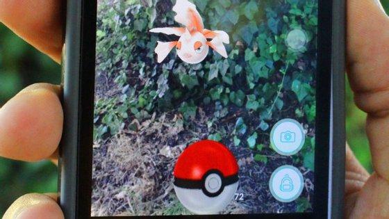 Para caçar um Pokémon precisa de o encontrar e atirar-lhe uma bola
