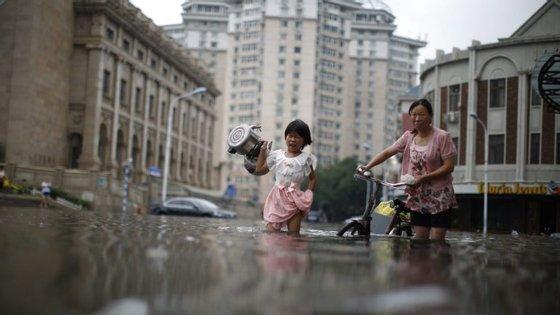 Em Henan, cerca de 100 mil pessoas da cidade de Anyang tiveram de ser realojadas temporariamente após três barragens terem excedido o nível máximo de água