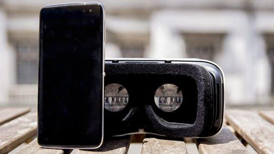 O Idol 4S, da Alcatel, vem com uns óculos de realidade virtual incluídos