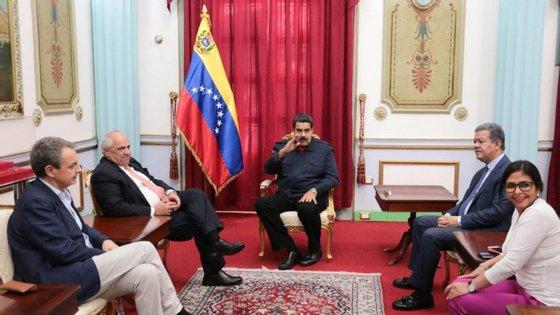 Da esquerda para a direita: Jose Luis Rodriguez Zapatero, Ernesto Samper, Nicolas Maduro, Delcy Rodriguez e Leonel Fernandez