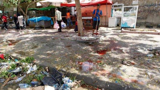 O local de Bagdad, já em operação de limpeza dos estragos, onde decorreu o ataque