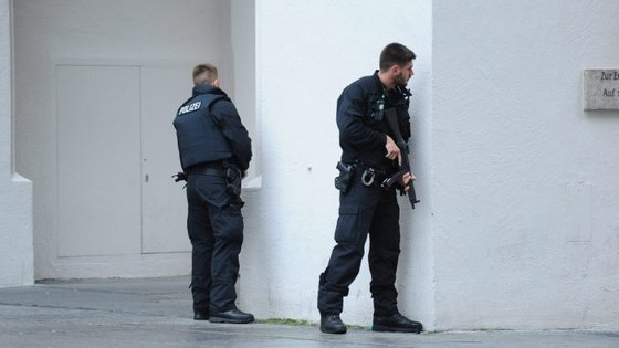 Polícias durante a operação que se seguiu ao ataque no centro comercial Olympia, em Munique