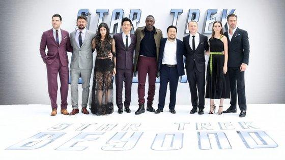 """Atores do filme """"Star Trek Beyond"""" e o diretor - Zachary Quinto, Karl Urban, Sofia Boutella, John Cho, Idris Elba, o diretor Justin Lin, Simon Pegg, Lydia Wilson e Chris Pine"""