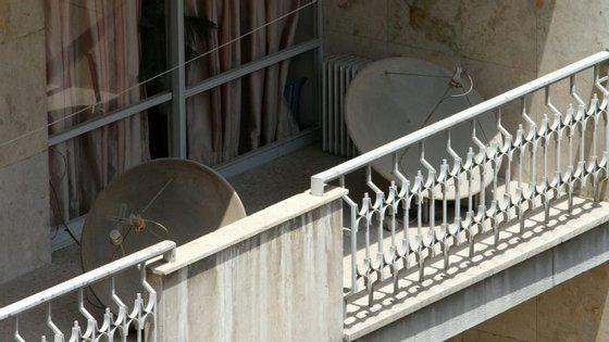 Antenas parabólicas numa varanda de Teerão, numa fotografia feita no dia em que cem mil foram destruídas