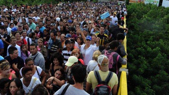 A fronteira entre os dois países foi encerrada com o objetivo de combater o tráfico de droga e a alegada presença de paramilitares na zona