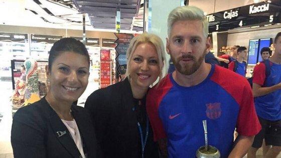 Linonel Messi com duas fãs no aeroporto