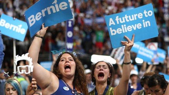 Muitos dos delegados de Bernie Sanders, grande parte deles jovens, seguiram o seu discurso em lágrimas