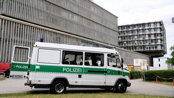 Um carro da polícia à porta do hospital