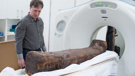 As tomografias axiais computorizadas (TAC) ajudam a estudar as múmias minimizando o impacto no objeto